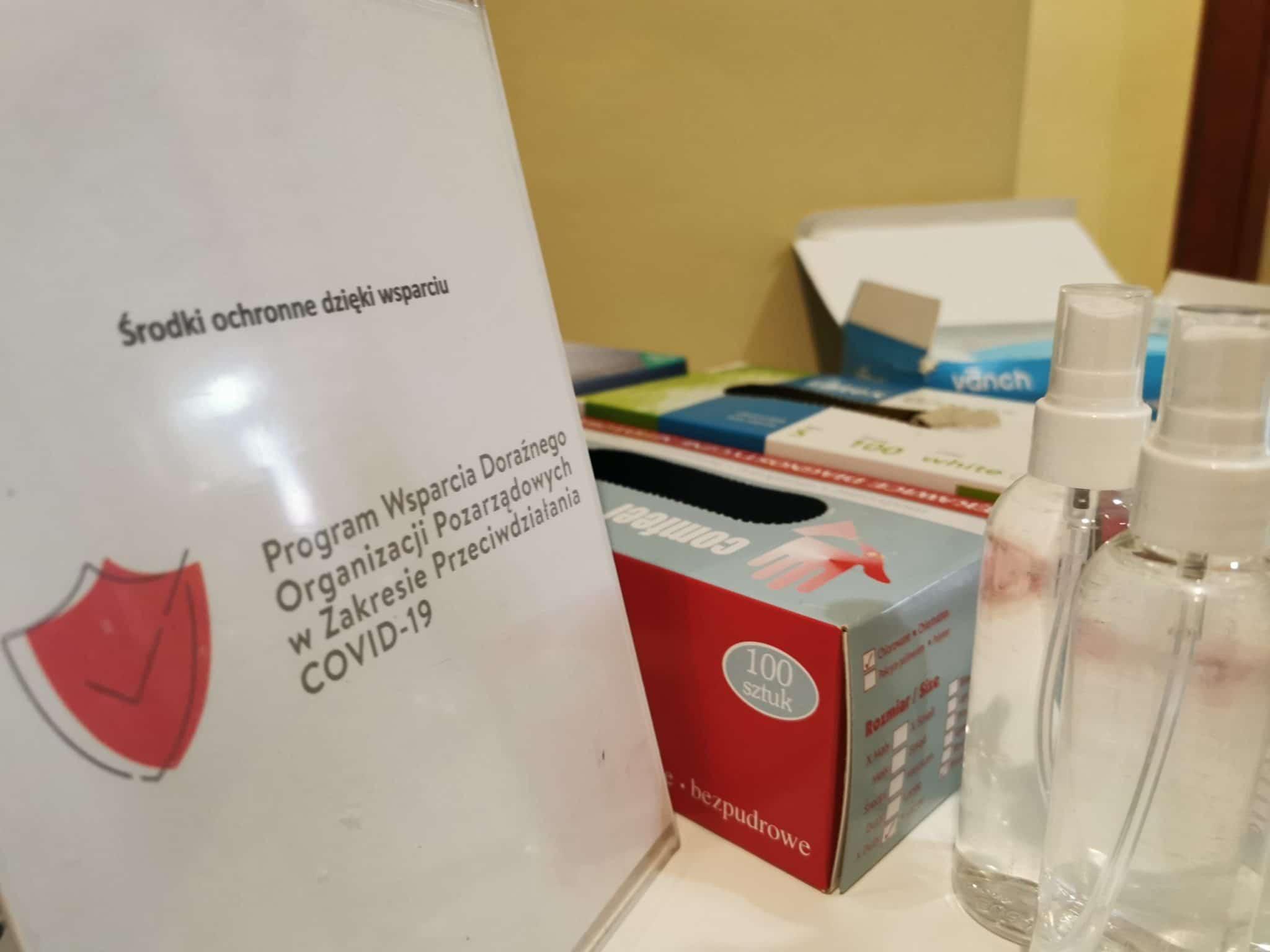 stolik podręczny z artykułami ochronnymi dzięki dotacji NIW